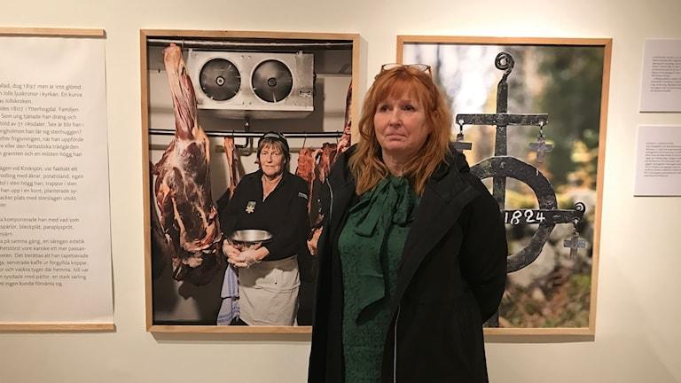 Museichef Gunilla Stenberg visar utställning om en av länets minsta byar.