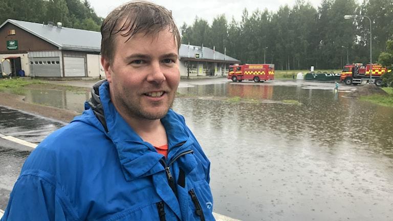Med hjälp av räddningstjänsten och kommunens inhyrda grävare så klarade Björn Celind sin butik som översvämmades helt 2013.