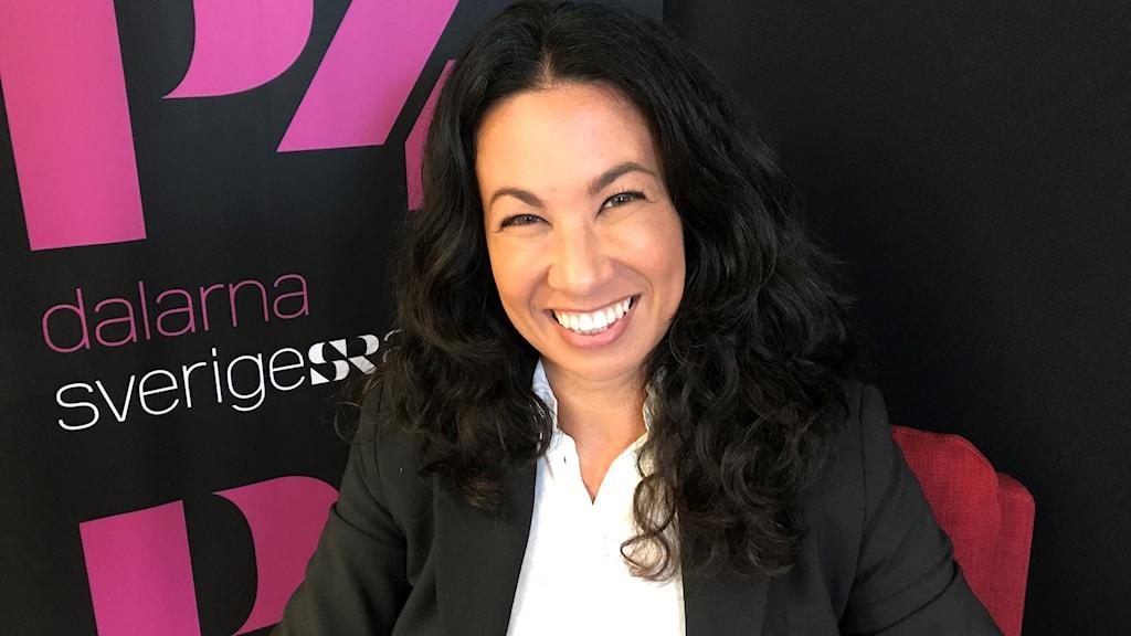 Journalisten Magda Gad ler stort mot kameran