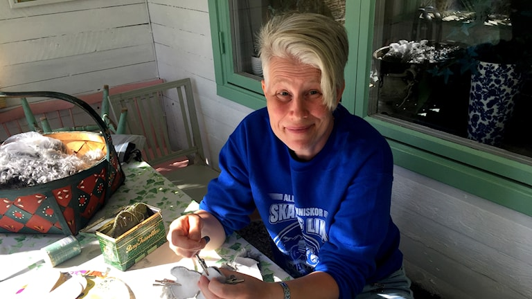 Helena Persson syr en nalle av ett trasigt fårskinn.