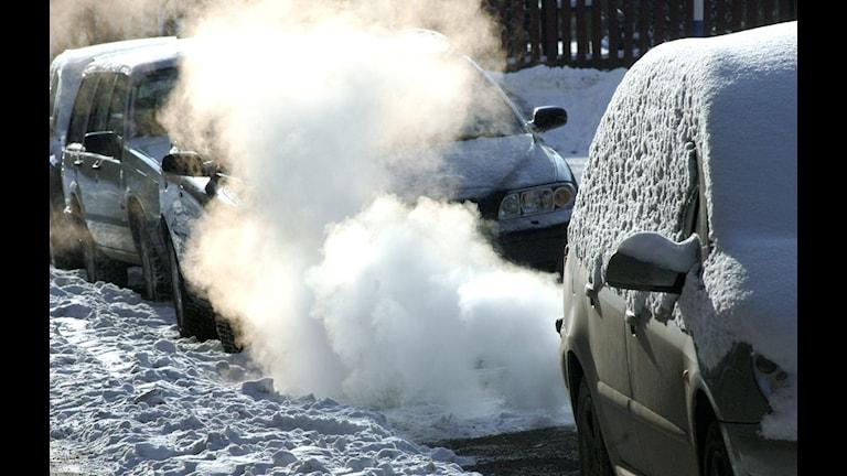 Avgaser från en stillastående bil som värmer upp i vinterkylan.  Foto. Hasse Holmberg/Scanpix