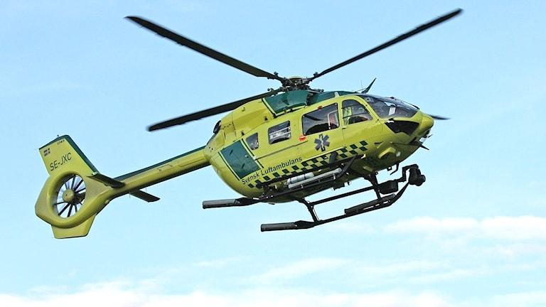 En ambulanshelikopter på väg att landa.