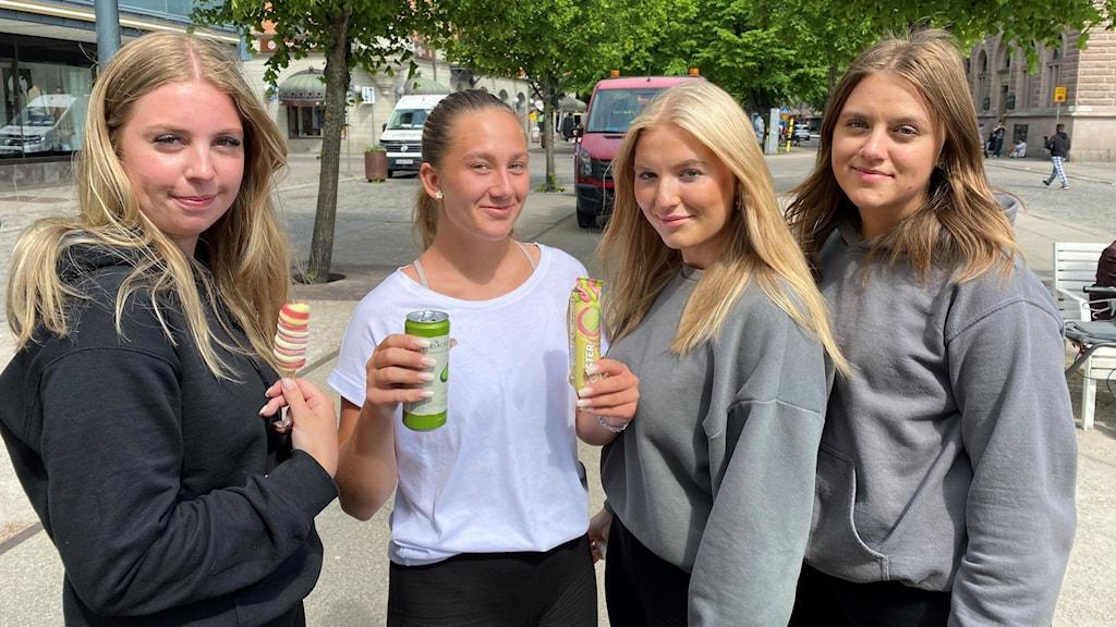 Fyra tjejer som ser glada ut vid Stortorget i Gävle.