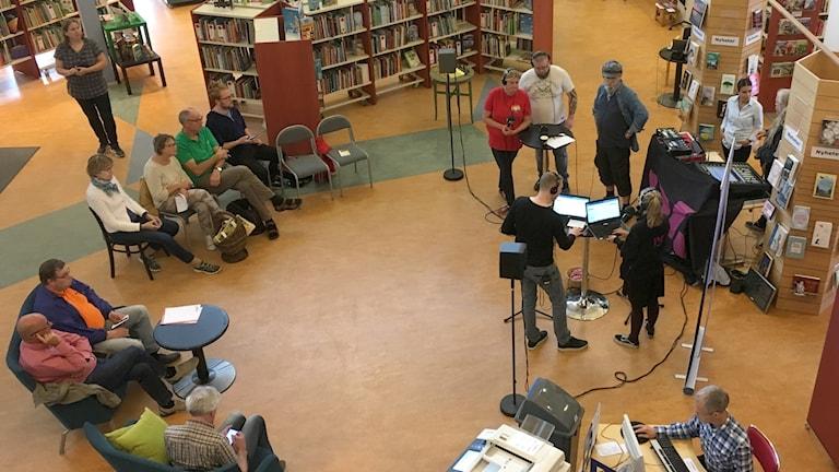 Anna Vestin (V), Kenneth Nyman (SD) och  Johan Toll (MP) diskuterade bland annat fritidsaktiviteter för unga under lunchdebatten på biblioteket i Bollnäs.