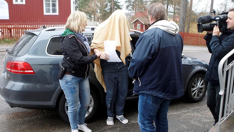 Expojvännen fortsätter att neka till brott och hävdar att han agerat i nödvärn, en förklaring som advokat KG Myhrberg inte köper.