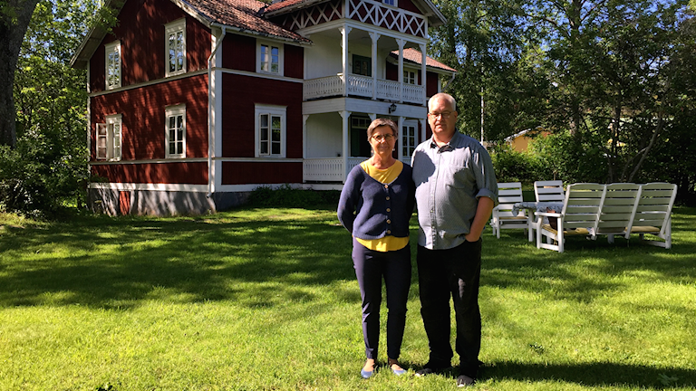 Åsa Linder och Thomaz Lindström Sundin framför semesterhemmet i Utvalnäs.