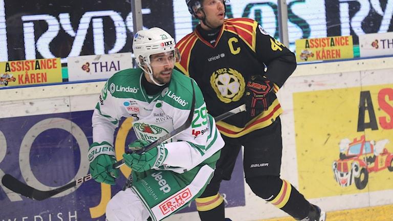 Rögles Ludvig Rensfeldt i kamp med Jacob Blomqvist under torsdagens ishockeymatch i SHL mellan Brynäs IF och Rögle BK i Gavlerinken arena.
