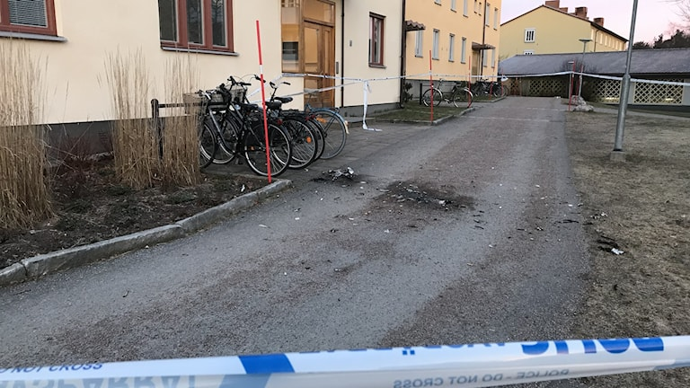 Explosion utanför ett flerfamiljshus i Sörby i Gävle. Svarta märken i marken.