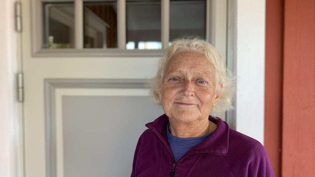 Kajsa Westlund, pensionerad barnmorska som precis flyttat tillbaka från Stockholm till Håkanbo i Holmsveden.