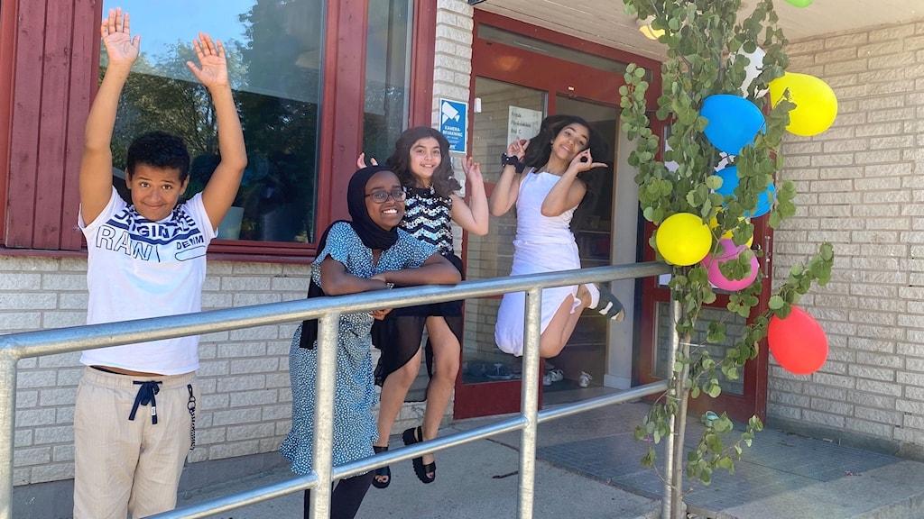 Femteklassare på Staffansskolan i Gävle som firar skolavslutning. Hoppar bland ballonger.