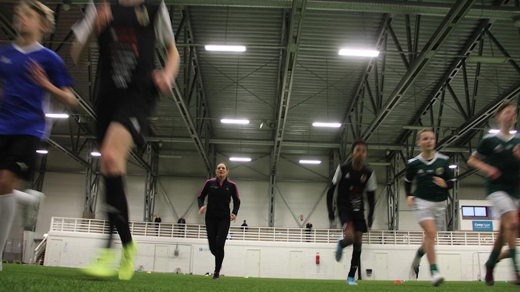 Johanna Robertson, exallsvensk fotbollsspelare och löpcoach, drillar Hälsinglands 05:or.