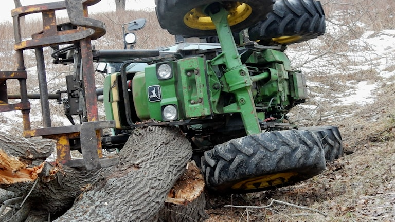 Mannen klämdes fast i diket under traktorn vid Lottefors utanför Bollnäs.