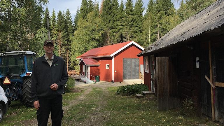 Det nya gårdsslakteriet döljer sig i ett rött hus med vita knutar. Hans Peter Eriksson har jobbat med projektet i tre år.