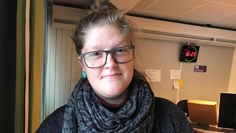 Emelie Mälstam inne i radiostudion