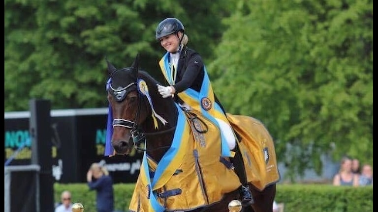 Cecilia Bergåkra med hästen Primavera efter SM-guldet.