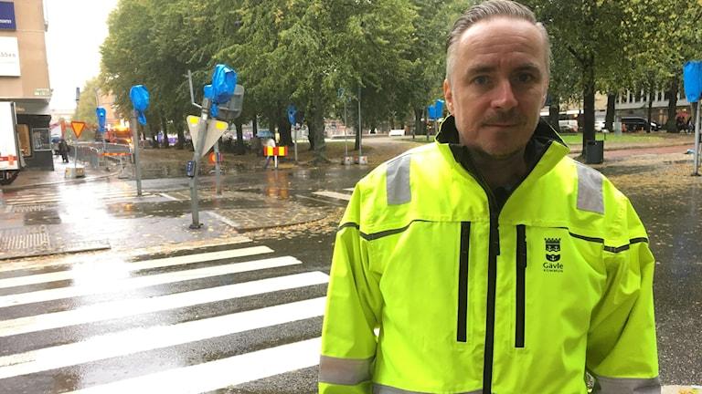 Mycket jobb för gatuenheten i Gävle att hålla dagvattenbrunnar öppna säger Fredrik Nygren, gatuingenjör.