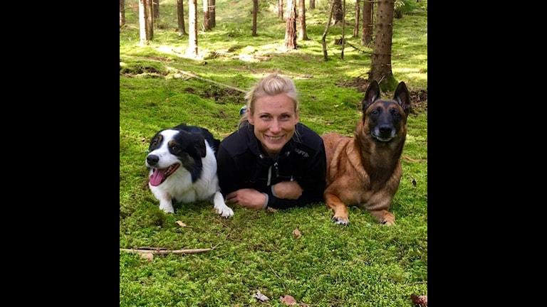 Hundpsykolog Sophie Schelin med två av sina hundar.