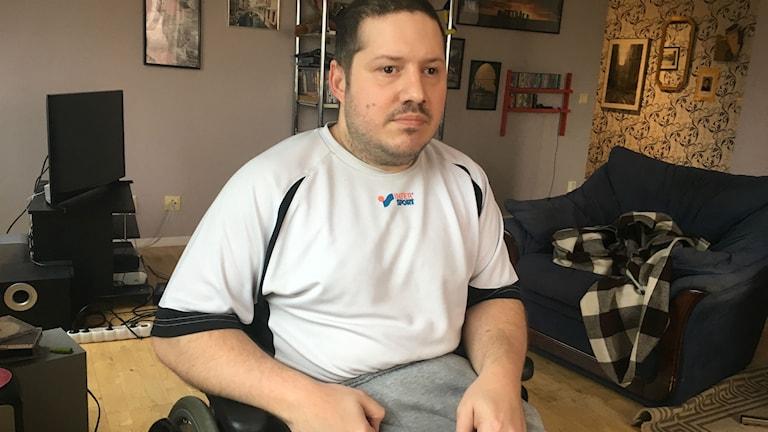 Rullstolsburne Fernando De Stefanis är less på färdtjänsten somhan anser blivit allt sämre sista fem åren.