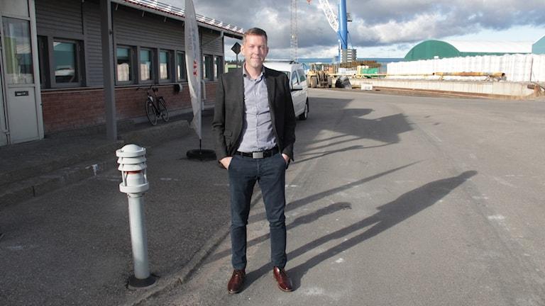 Försäljningschefen Håkan Bergström står utanför Yilports kontor i hamnen i Gävle.