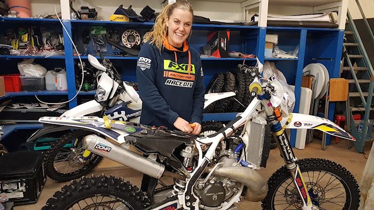 Amanda Elvin hemma i garaget