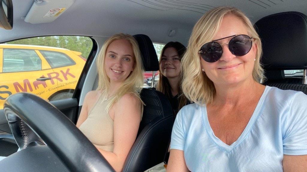 Tre kvinnor i bil