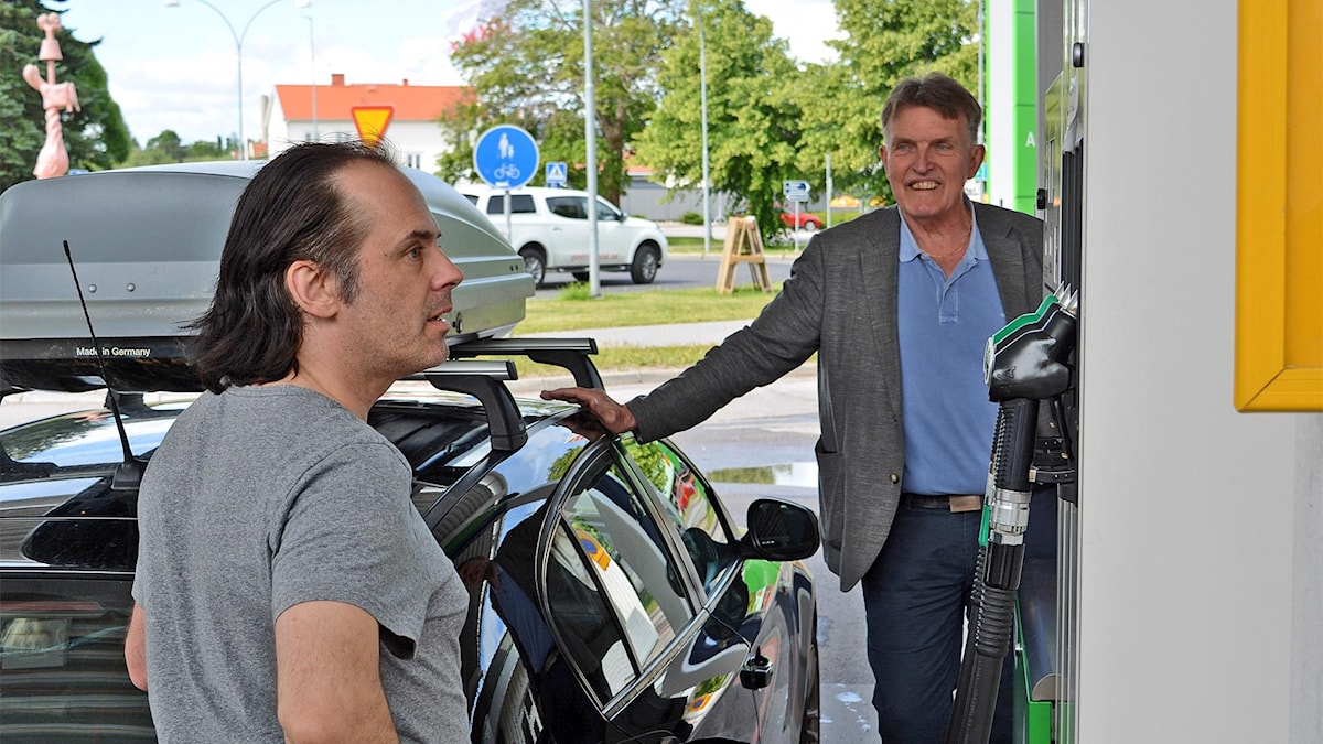 Vanlig diesel eller fossilfri HVO? Colabitoils VD Jan Nordlöf hjälper en kund till rätta.