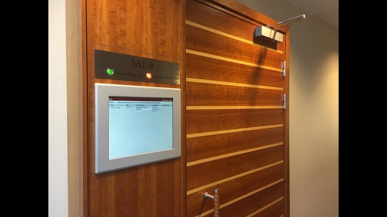 Dörren till salen i Gävle tingsrätt där rättegången inleddes