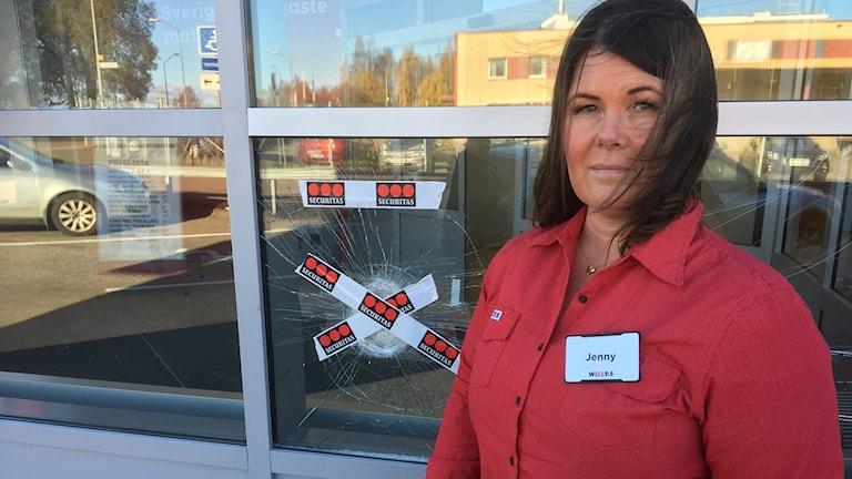 Elva rutor vid entrén hade krossats konstaterar butikschefen Jenny Frisendahl på Willys i Gävle.