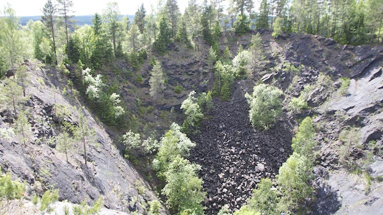 En berggrund där sten rasat ner. Foto: Mats Carlsson-Lénart.