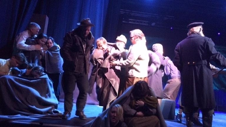En scen från föreställningen Ett bloss i natten som sattes upp i Hudiksvall 2017.