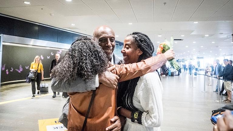 Svenske hjärtläkaren Fikru Maru som suttit fängslad i Etiopien landar på Arlanda. Familj och vänner är på plats och möter. Här med båda döttrarna Fikerte Maru, till vänster och Emy Maru, till höger.