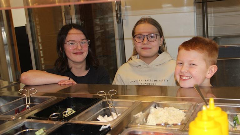Minna Kazazic, Emina Henriksson och Victor Stenberg på Sandvalla skola i Hudiksvall vill gärna hjälpa till att minska på matsvinnet.