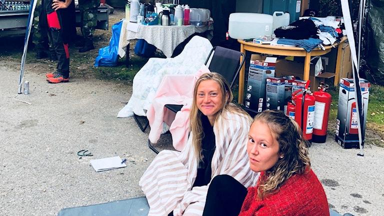 Ellika Persson och Sanna Signeul har delat ut förnödenheter till brandstyrkan under natten till onsdagen.