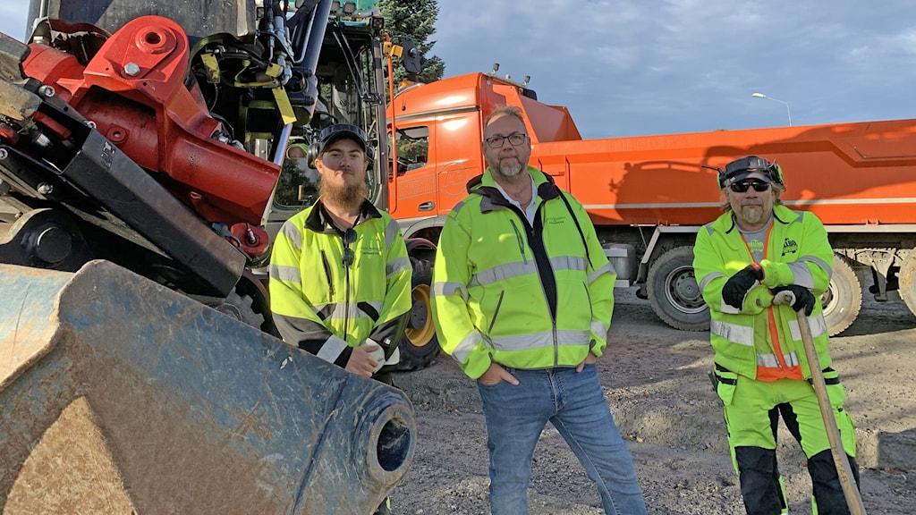 Mattias Ekstrand och bredvid honom Tony Svensk, de jobbar båda med upprustningen. Och så Stefan Vallfridsson, projektledare.