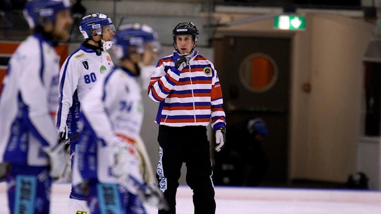 Huvuddomaren Christoffer Aidesjö i aktion.