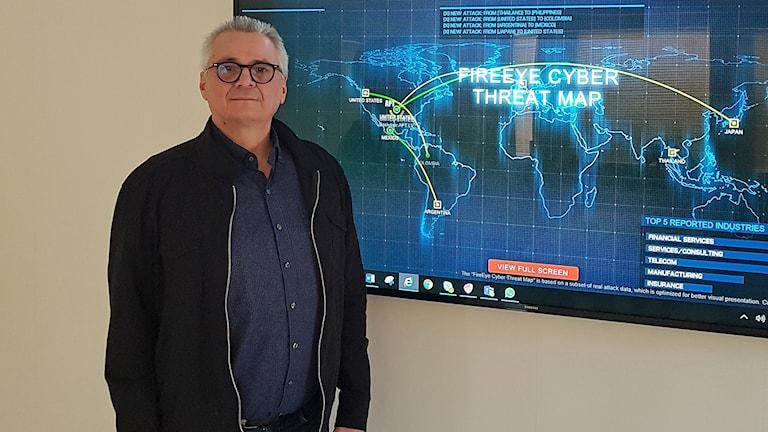 Bollnäs IT-chef Kristofer Ljungberg vill öka medvetenheten om risken att olagligt material letar sig in i kommunens datorer.