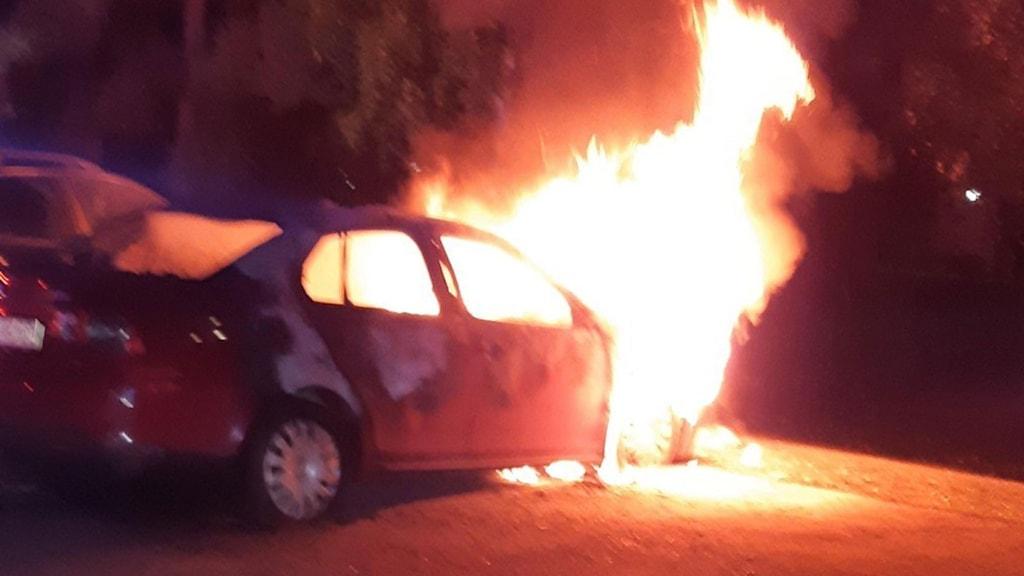 En bild på en bil som brinner.