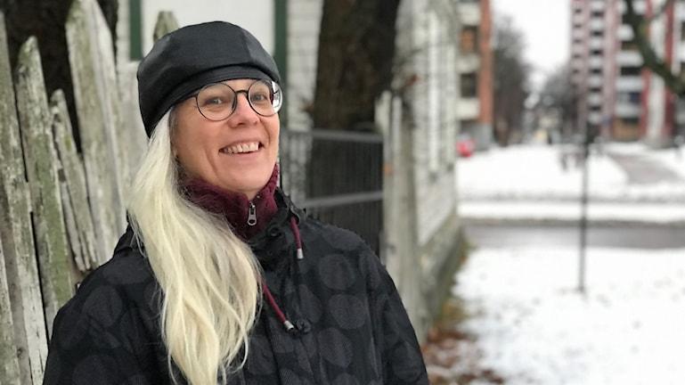 Camilla Dal är kulturskribent och har tidigare dokumenterat Gävles gamla hus när dom gått mot sin grav.