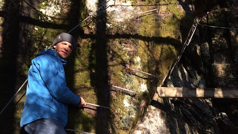 Lars Ek-Lööf visar Järvsö Bergscykelparks klätterled.
