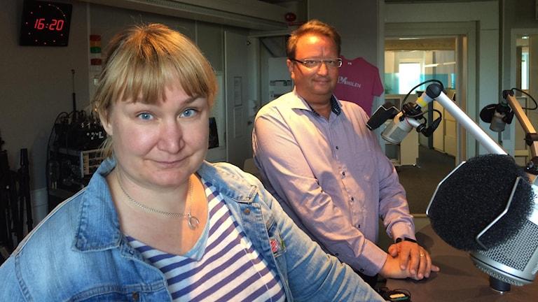 En man och en kvinna bakom mickar i en studio.