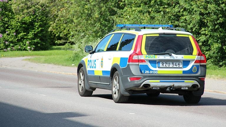 Polisbil på väg
