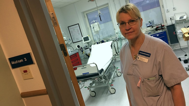 Susanne Andersson vid dörren till akutrum på Gävle Sjukhus.