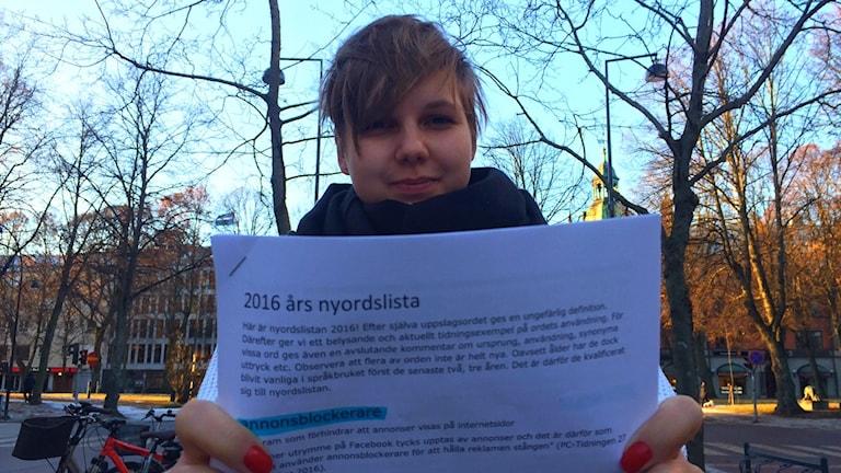 P4 Gävleborgs reporter Carolina Grönberg håller upp 2016 års nyordslista