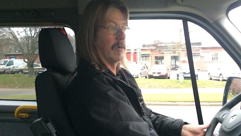 Ulf Eliasson sitter vid ratten i sin busstaxi