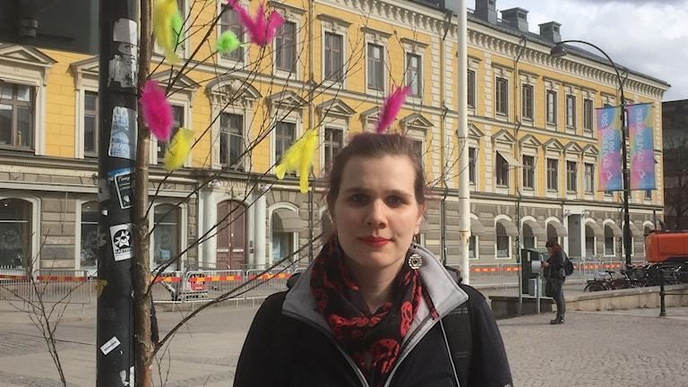 Emma Ekman, ordförande i Djurens Rätt Gävle-Sandviken, framför några av de färgglada kalkonfjädrar som pryder Gävles gator och torg.