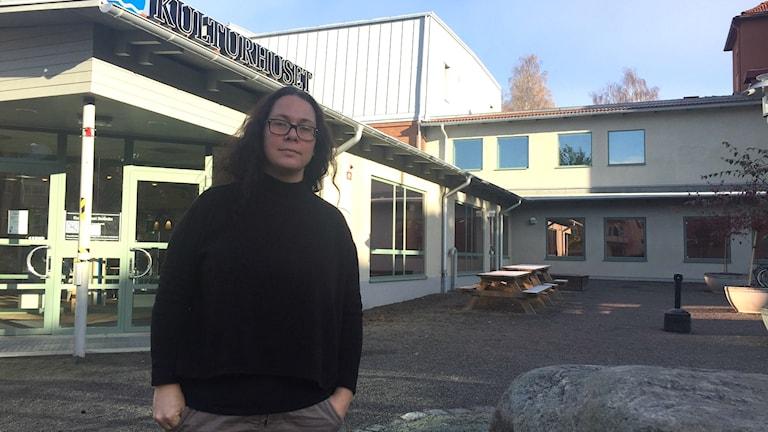 Ylva Dybeck utanför Kulturhuset i Bollnäs
