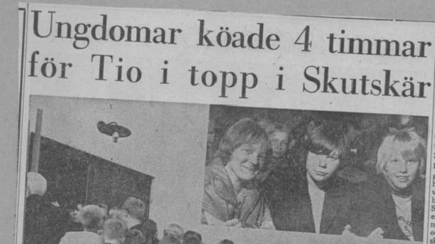 Ett tidningsklipp från 1965 med rubriken om att ungdomar köade i 4 timmar för att komma in på Tio i topp