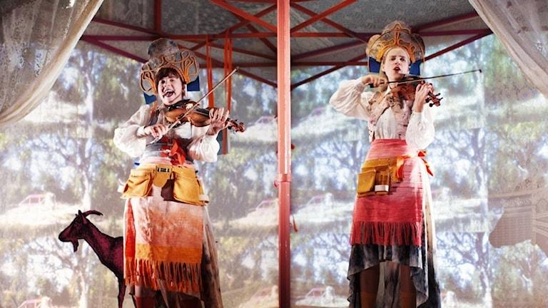 Samantha Ohlanders och Sara Parkman med föreställningen Fäboland.