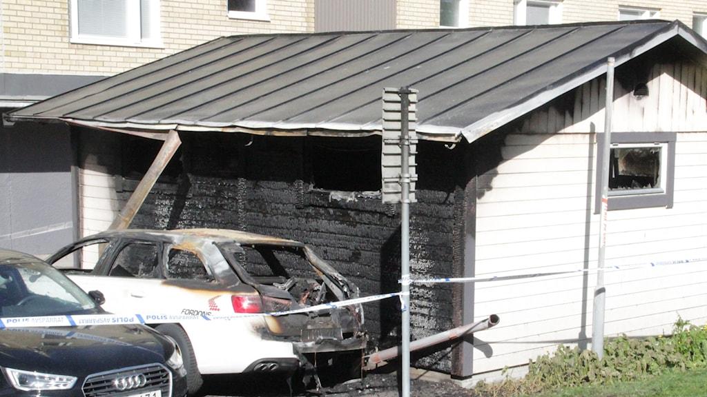 Sophuset och en bil blev lågornas rov.