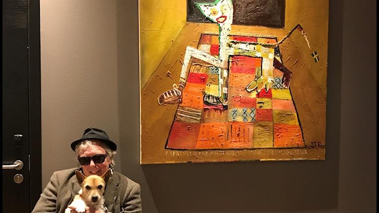 Per Sonerud (och hund) vid ett av sina konstverk.